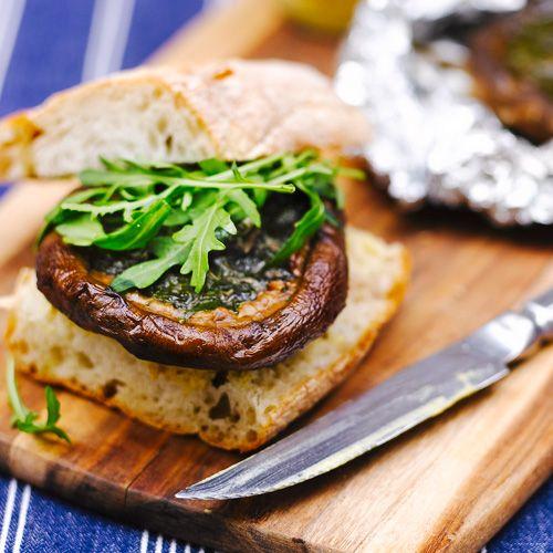 Meng 2 geraspte tenen knoflook met 35 g zachte boter en 1 el gehakte peterselie.    Maak 2 portobello's schoon en vul zemet de boter.    Wikkel ze in aluminiumfolie en bak ze 15 minuten in de oven op 200°C of leg ze op de barbecue – ze...