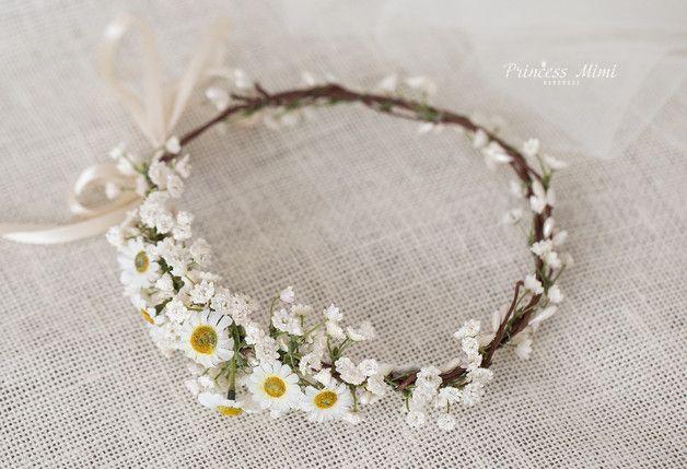 **- EINE BLÜTENPRACHT FÜR BRÄUTE UND FEEN: Blumen als Haaraccessoires -** Haarkranz mit sommerliche Kamillenblüten und Schleierkraut. Hinten offen, wird mit einem langen Satinband...