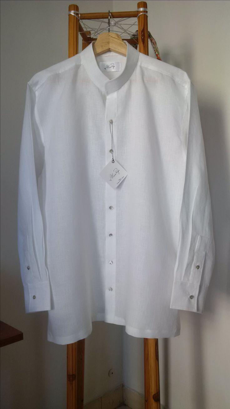 Camisa en lino, cuello neru y botones de nacar.