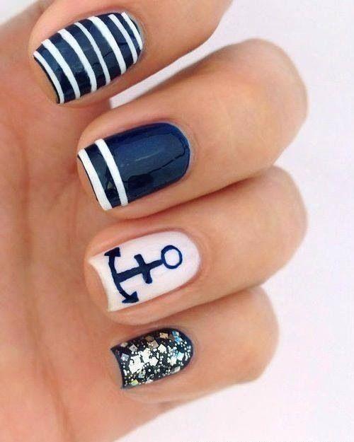 Para los amantes del mara unas uñas decoradas con el print marinero