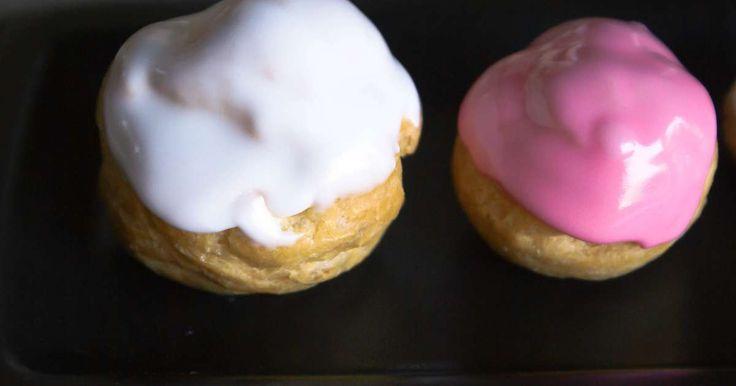 Glace royale. A quoi sert la glace royale ? La glace royale est utilisée en décors de pâtisserie ou pour glacer les gâteaux.. La recette par Chef Simon.