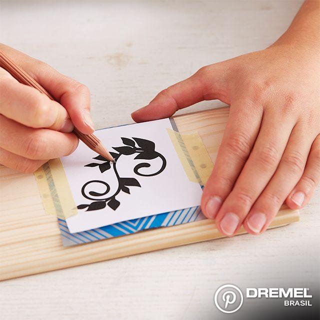 Passo 5: Com papel carbono, você pode fazer desenhos para decorar a peça de madeira.