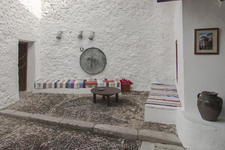 pebble pavement Courtyard of a traditional stone built and whitewashed (lime wash) Turkish house (photo by Laszlo Hopp)