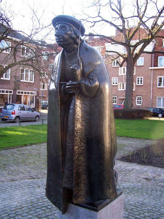 Statue of the Dutch painter Jan van Scorel. Made by Herman Janzen in 1985. Placed at the Hobbemalaan in Utrecht in 1988