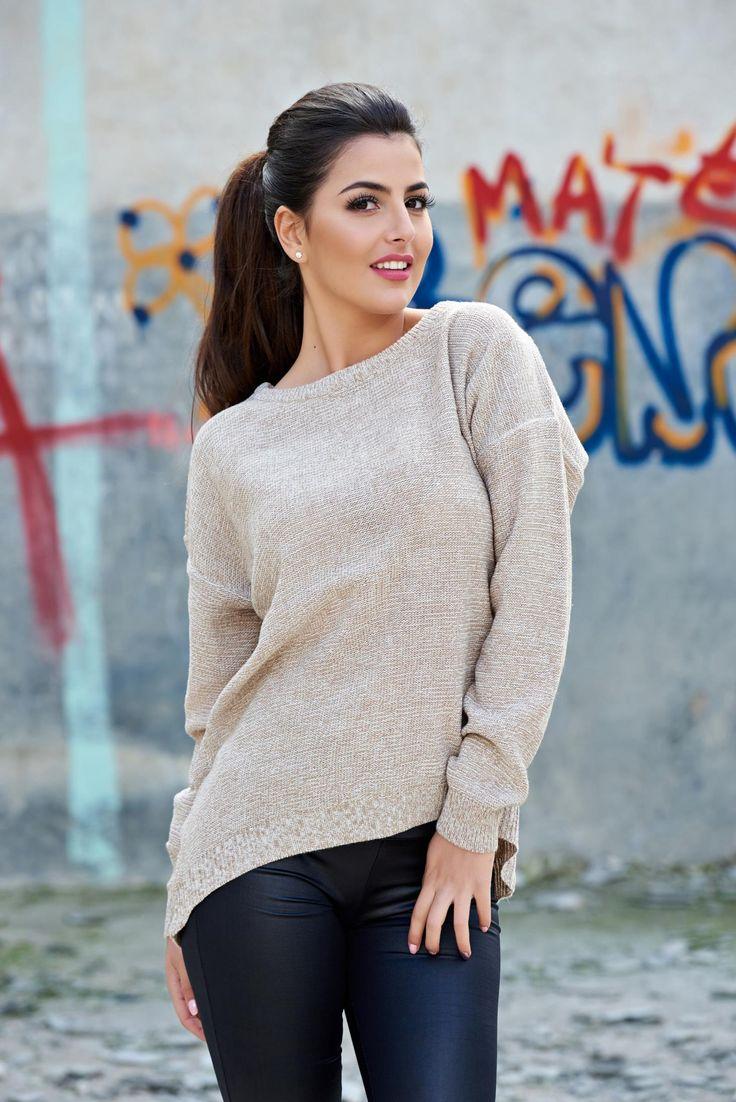 Pulover Top Secret TSW0748 Cream. Pulover de toamna, usor asimetric si fermoar la spate. Obtine un look chic. Este acel model de pulover care se poate purta atat la fuste, cat si la blugi sau pantaloni.