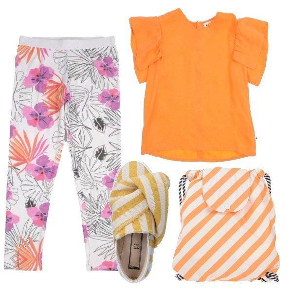 Leggings bianchi a fantasia floreale, con elastico in vita, abbinati ad una blusa arancione a maniche corte e scollo tondo. Sneakers in tela a righe bianche e gialle e zainetto a righe bianche e arancioni.