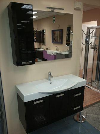 MOBILE NERO LUCIDO Mobile + Pensile +  Specchio con faretto  Larghezza 107 cm Ampia disponibilità di Mobili per il Bagno al Magazzino della Piastrella! http://www.magazzinodellapiastrella.it/offerte-bagno-firenze.php #mobilibagno #arredobagno #lavabobagno #specchiobagno
