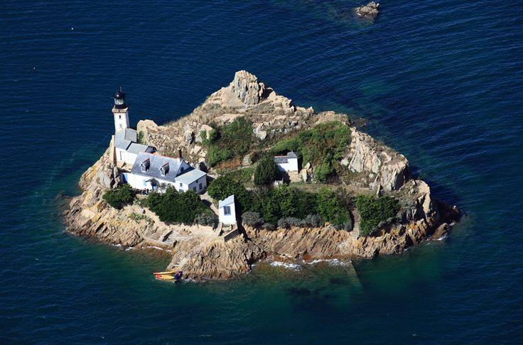 L'île Louët est un îlot rocheux emblématique de la Baie de Morlaix, situé à 350m des côtes de Carantec et à proximité du célèbre Château du Taureau. Après rénovation de l'ancienne maison du gardien par la municipalité de Carantec, il est désormais possible d'y séjourner pour une ou deux nuits, chaque année entre avril et octobre. Malgré tout, l'île a toujours été et reste un espace public accessible à tous, et ce, même en période de location. Le phare est toujours en activité.