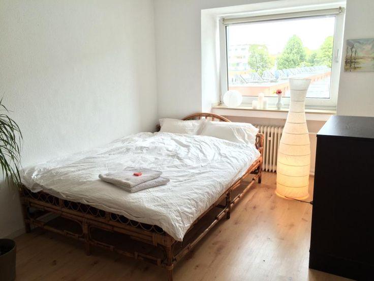 Schlichte WG-Zimmer-Einrichtung: großes Bett, Stehlampe und schwarze Kommode.  WG-Zimmer in Köln. #Cologne #WGZimmer