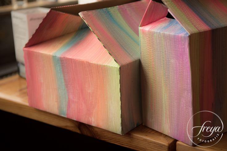 Leuk om zelf te maken - een vrolijk beschilderde doos voor de enveloppen - http://www.trouwfotografiefreya.nl/klanten/beachparty-bruiloft-enkhuizen/ #bruiloft #wedding