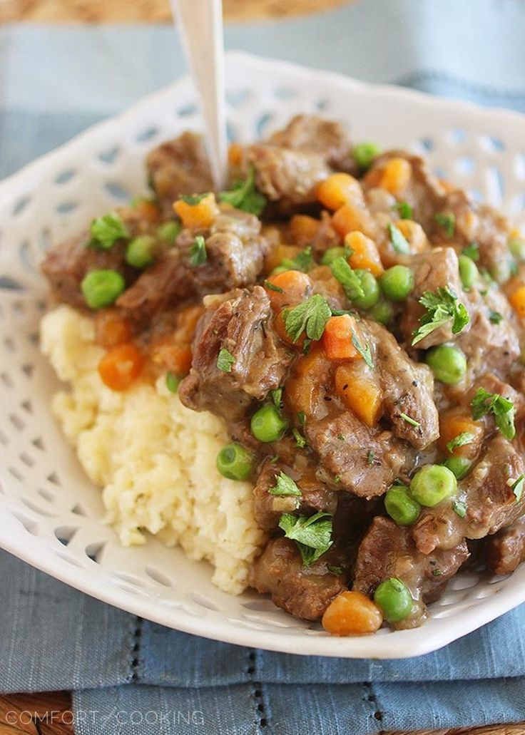 Irish Beef Stew with Mashed Potatoes – Hearty, slow cooked beef stew over fluffy mashed potatoes makes the perfect comfort food meal for chilly nights. Warm up with a big bowl!| thecomfortofcooking.com