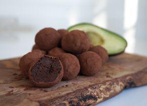 Avokado & chokladkulor 1 mogen avokado 100 gram mörk choklad 1 krm vaniljpulver 1,5 msk kakao Några matskedar kakao att rulla kulorna i – Mosa avokadon – Smält chokladen sakta – Rör ihop avokado, kakao och vaniljpulver med chokladen. – Ställ i kylen ca 1 timma – Rulla små bollar och rulla dem i kakao Ett bra alternativ om man vill skippa grädde, ägg eller socker. Jag gjorde mina ca 10 gram styck och då blev det 15 st. Som tog slut alldeles för snabbt pga att alla gillade!
