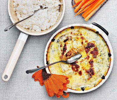 Servera supergod husmanskost till middag ikväll med detta recept på fiskgratäng. Häll din sagolika dillsmörsås på den ångkokta torsken och toppa med ost. Gratinera tills osten har fin färg och servera med krispiga morotsstavar och ris.