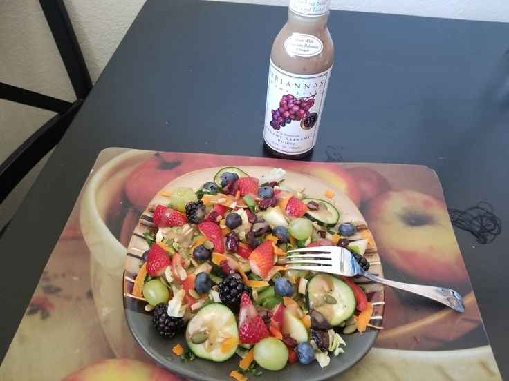 Ensalada de lechuga,kale,manzana verde y roja,uvas,fresas,berris,Chile morron,pepino semillas de girasol, de calabaza zanahoria, y pasas