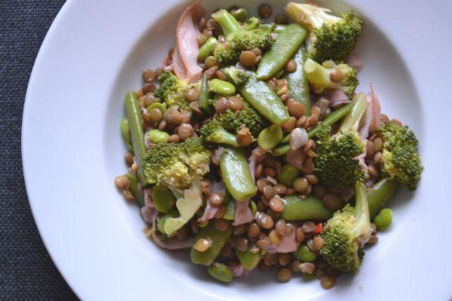 Een lekkere linzensalade met een Aziatisch tintje! Boordevol gezonde groene groenten en helemaal gemaakt met pure ingrediënten. Heerlijk!