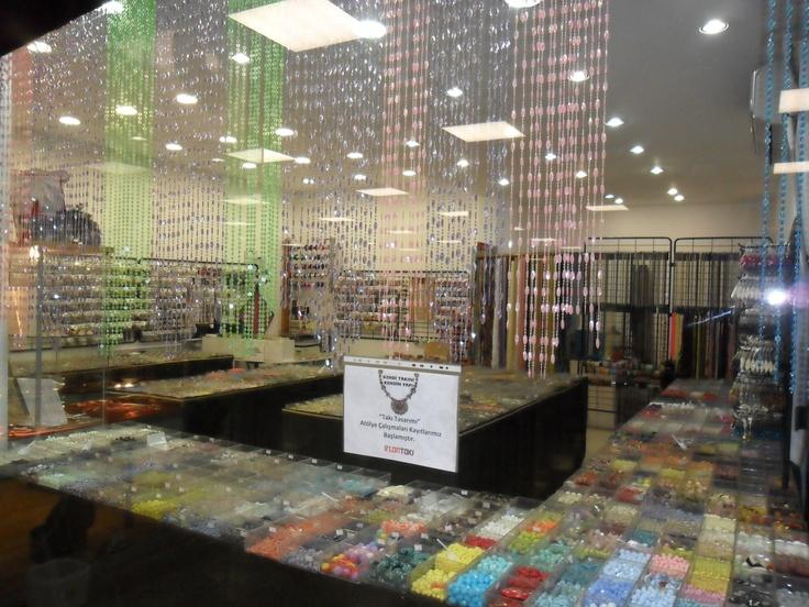 Bu renkli mağazada, hem takı malzemeleri hem de özel tasarım takılar satılıyor.