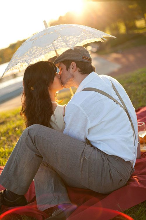 vintage engagement photo shoot maybe send a pic like this in black and white for save the dates?Photos Ideas, Umbrellas, Vintage Pictures Ideas, Engagement Photos Shoots, Vintage Engagement Photos, Vintage Engagement Photography, Engagement Shoots, Beautiful Pictures, Kisses
