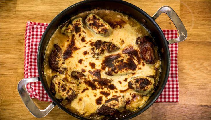 Elbasan Tava Malzemeleri: 500 (gram) kuşbaşı et; 1 Tane, büyük kuru soğan 2-3 Diş ufak sarımsak 5-6 Adet karabiber 1 Adet (taze) defne yaprağı Bir tatlı kaşığı, biberiye 1 Adet, havuc 1 Yemek kaşığı, tereyağı 2 Bardak, un 3 Adet Yumurta, sarısı 500 Gram süzme yoğurt 2 Bardak,   #ArnavutTavası #Balkan #balkanlar #ElbasanTava #ElbasanTavaArnavutluk #ElbasanTavaHazırlanışı #ElbasanTavaMalzemeleri #food #foodporn #instafood #yum #yummy