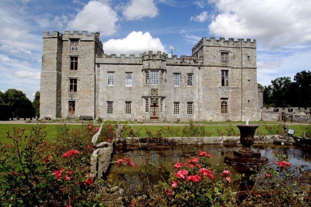 Anglia: Zamek Chillingham Chillingham budzi grozę wśród mieszkańców całej Wielkiej Brytanii.Podobno regularnie nawiedzają go zjawy przypominające kata, Błękitnego Chłopca i dawnej żony właściciela Chillingham, Lady Mary Berkeley. Krew w żyłach mrożą legendy o chłopcu w niebieskiej poświacie, który nocami błąka się po rezydencji i wydaje przeraźliwe odgłosy.