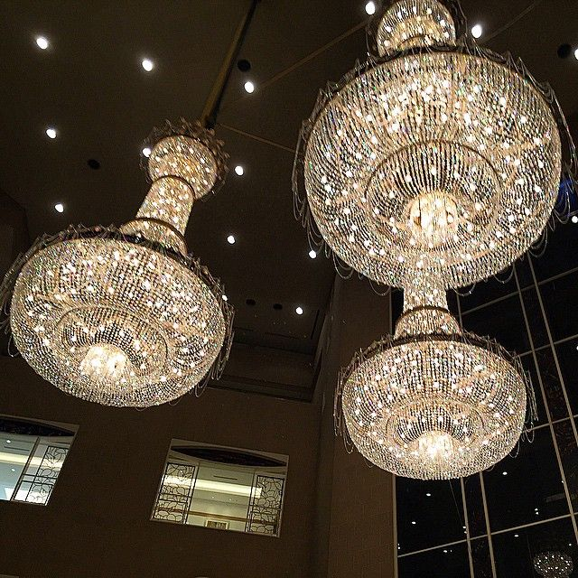 The Chandeliers highlight the beautiful interior design at Hyatt Regency Tokyo. Photo courtesy of @tokyo_reis.