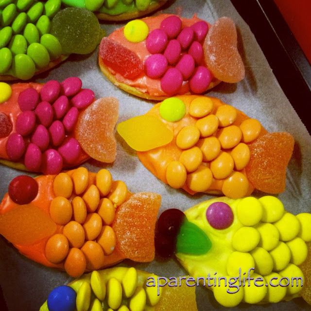 A Parenting Life: Totally pinworthy decorated fish biscuits. Easy. Yum. Fun.