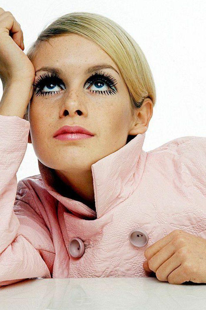 tenue année 60 femme, Twiggie en manteau rose et avec un maquillage fort
