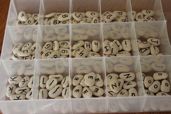 ¡Nos encanta este abecedario hecho con alubias! ¿Tenéis algun alfabeto especial en clase? #Ludiletras