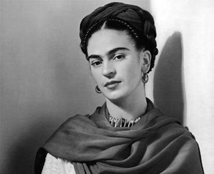 Frida Kahlo: Nació el 6 de julio de 1907 en la Ciudad de México. Cuando tenía 16 años, estudió en la Escuela Nacional Preparatoria y conoció a Diego Rivera, que estaba pintando su muralla Creación en la escuela.  Sus cuadros exponen fundamentalmente los aspectos dolorosos de su vida, en gran parte postrada en una cama. Expresa la desintegración de su cuerpo y el terrible sufrimiento que padeció En la noche del 13 de julio de 1954 falleció en Ciudad de México.