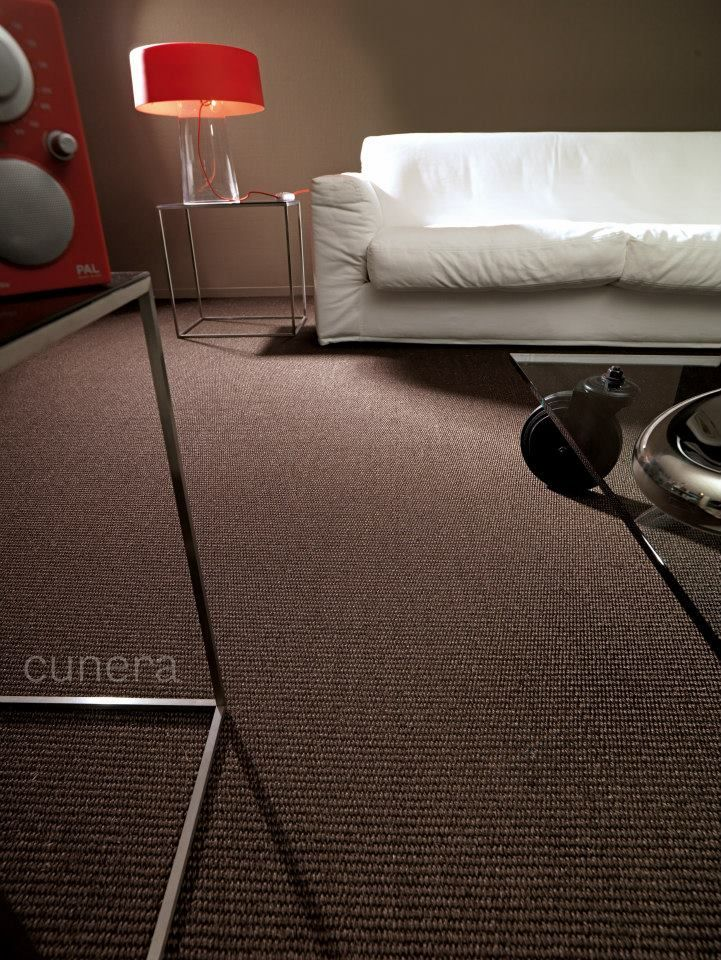 Bruine sisal vloerbedekking. In dit donkere interieur komt dit tapijt absoluut tot zijn recht.