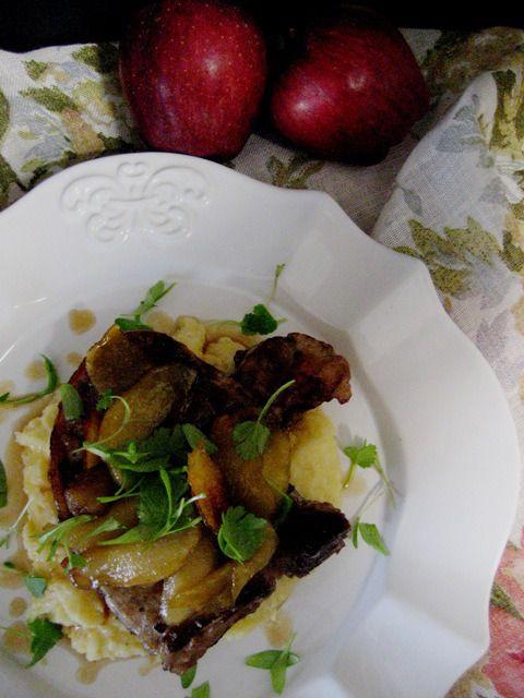 Costeletas de porco com maçãs em açúcar amarelo