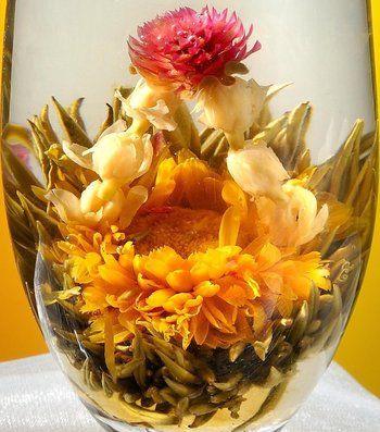 """""""オーバーザレインボー""""という名の工芸茶は、金盞花・ジャスミン・千日紅の花々。  ジャスミンは虹。虹の向こうに、素晴らしい人生が開けるようにという願いを込めて。"""