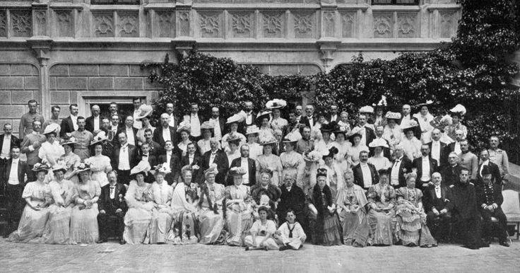 Hosté sjevší se na Hlubokou na zlatou svatbu knížecích manželů Adolfa Josefa a Idy ze Schwarzenbergů. - klikněte pro zobrazení detailu