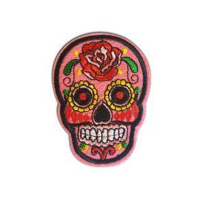 Patch Doodshoofd Roze  Patches…..de trend van dit moment!  Heb jij ze al gespot?!  Pimp je shirt, broek, jas, schoenen of tas! Een gave DIY  Overal kunnen de patches op bevestigd worden!  Deze patch is voorzien van een strijkbare lijmlaag.     Doodshoofd Roze  Afmeting: 5,3 x 7,1 cm