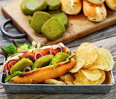 Vegetariska ärtbiffar som serveras i bröd är ett superenkelt och gott, grönt recept. Med mycket smak och färg för dig som är sugen på att testa något nytt. Ett grönare alternativ till korv med bröd.