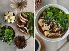 Receita de sopa de miso. Miso soup recipe.  Sopa de miso Serve 2 taças de sopa  100g de soba noodles (ou outros) 2-3 colheres de sopa de pasta de miso 200g de tofu, cortado em cubos pequenos 3 cogumelos Portobello, cortados em fatias 2 chávenas de agriões ou espinafres, bem lavados, e com os raminhos cortados Coentros picados a gosto (opcional) Uma pitada de piripiri moído Sementes de sésamo pretas para guarnecer (opcional)