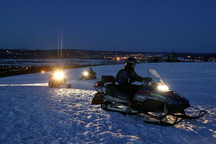 Trek er in het donker op uit voor een nachtelijke sneeuwscootersafari #finland
