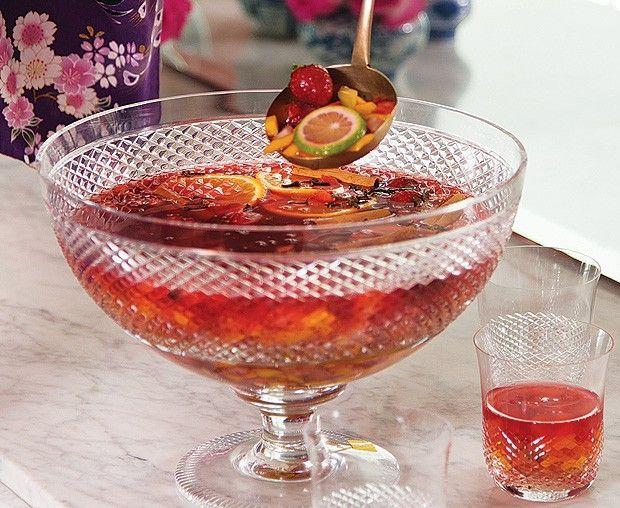 Ponche de Chá de Hibiscus  http://revistacasaejardim.globo.com/Casa-e-Comida/Receitas/Drinques/Sem-alcool/noticia/2014/01/ponche-de-cha-de-hibiscus.html