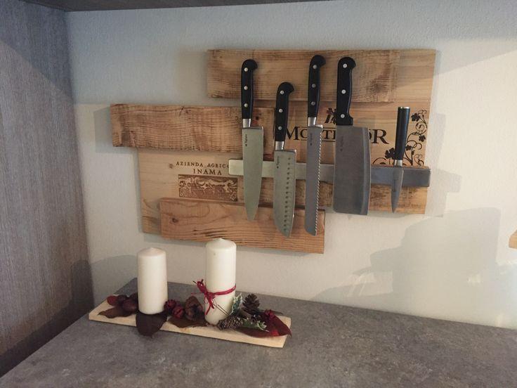 porta coltelli da parete fatto a mano con uso di assi di legno e coperchi scatole vino
