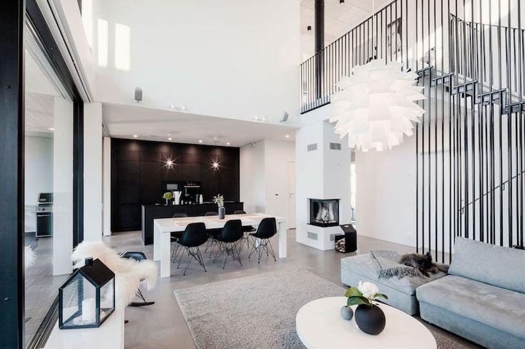 Villa Sundeck on Plusarkkitehdit Oy:n suunnittelema upea moderni koti, joka avarat oleskelutilat tuovat viihtyisyyttä ja mukavuutta arkeen. Alimman kerroksen musta pystylaudoitus ja kahden ylemmän valkoinen rapattu pinta korostavat hyvin suuria ikkunoita ja lasikaiteita. Keittiö, ruokailutila ja olohuone muodostavat yhteisen avoimen tilan, jossa suuri huonekorkeus korostaa hyvin ikkunoista tulvivaa valoa. Takka keskellä toimii hyvänä tilanjakajana tarjoten tietysti lämpöä ja kodikkuutta…