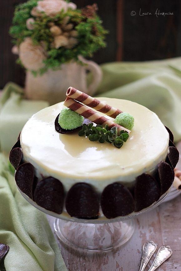 Cheesecake After Eight - mod de preparare. Cheesecake cu mousse de menta si mousse de ciocolata. Reteta baza biscuiti digestive pentru cheesecake.