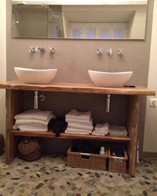 Prachtig badkamermeubel op maat.  De boomschorsrand zit er nog aan..........  Op maat gemaakt door Meubelmakerij A.F.B. Mattijssen te Middelaar.