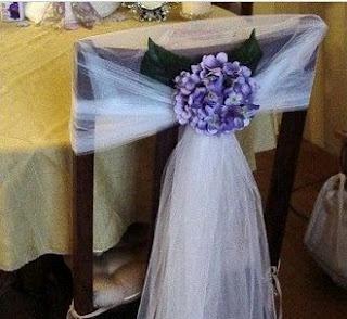 Decoración para sillas  http://www.bodacor.com/blog/decoracion-para-las-sillas-de-la-boda