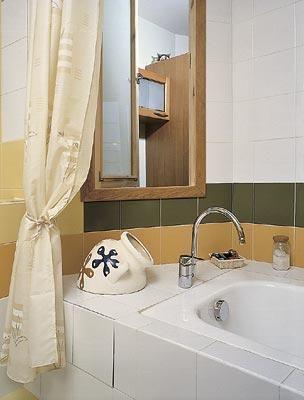 Фрагмент ванной комнаты Открывающееся окошко позволит получить стакан сока или