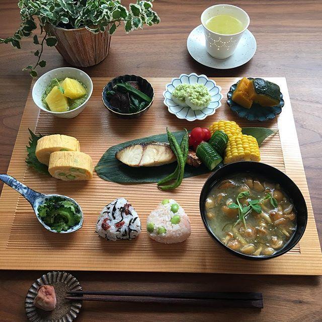 2017.7.28(金) 今朝は折敷にのせて朝ごはん。 枝豆が美味しくて、卵焼き、おむすび、 長芋に使いました。 . おむすびは一口サイズです。 . プレミアムフライデー。 今日も頑張りましょう♫ . ⁂ おむすび 梅のみひじき、枝豆明太子 ⁂ なめことめかぶのお味噌汁 ⁂ ゴーヤのナムル ⁂ さわらの塩焼き 素焼きししとう 茹でとうもろこし ミニトマト、塩もみ胡瓜 ⁂ 枝豆入り卵焼き ⁂ 椎茸と小松菜のおひたし ⁂ ずんだがけ長芋 ⁂ 南瓜の煮物 ⁂ キウイかけヨーグルトパイナップル添え . . #おうちごはん #お家ごはん #いえごはん #あさごはん #朝食#家庭料理 #おむすびくらぶ #豊かな食卓 #おいしい夏日本の夏 #水のある暮らし #和食#クッキングラム #デリスタグラマー#ワンプレートごはん #instafood #foodlover #foodphoto #fooddiary #breakfast #lifewithXA3 #日本っていいね #おーいお茶 #私のおいしい写真 #献立#つくりおきおかず #料理写真