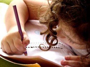 Schrijf samen met een groepje kleuters een briefje naar mama en papa bvb. over een geplande uitstap, vraag om materialen mee te brengen.  Maak daarna een kopie voor alle kleuters of post het briefje op de klasblog.