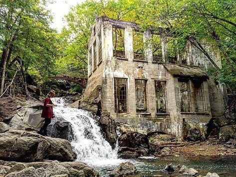 9. La chute de Milson Carbide Mill Les ruines du parc de la Gatineau sont récemment devenues populaires, mais il faut aussi parler de la chute du site de Milson Carbide Mill! Avec l'ancienne bâtisse à côté et le pont par-dessus la chute, le décor est tout simplement insane...