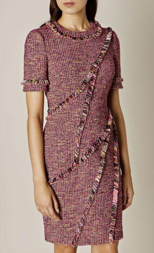 Мы усовершенствовали классическое твидовое платье современным подходом, сделав акцент на необычную окантовку краев. Для легкого образа можно подобрать классическую обувь.