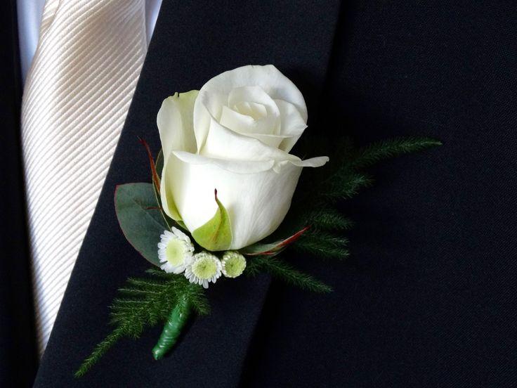 Boutonnière met Rosa, Chrysanthemum 'Stallion', Eucalyptus cinerea en Asparagus setaceus