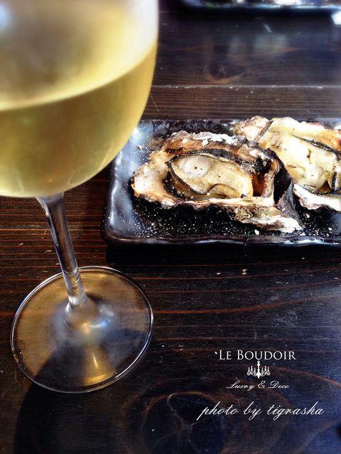 KAKIYA    Miyajima's oyster bar 2,000 Weinstock has wine cellar.  Hirosima in Japan