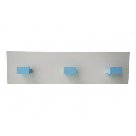 Perchero infantil con tres colgadores de madera lacados en azul claro. Lo encontrarás en www.lafabricadeladecoracion.com
